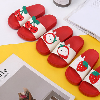 Crvene papuče za decu sa dezenom jagode