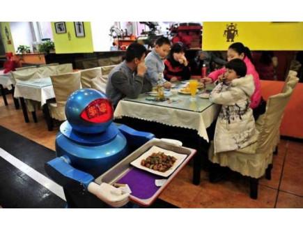 Budućnost je stigla: U kineskom restoranu kelneri roboti, a kuvari androidi!
